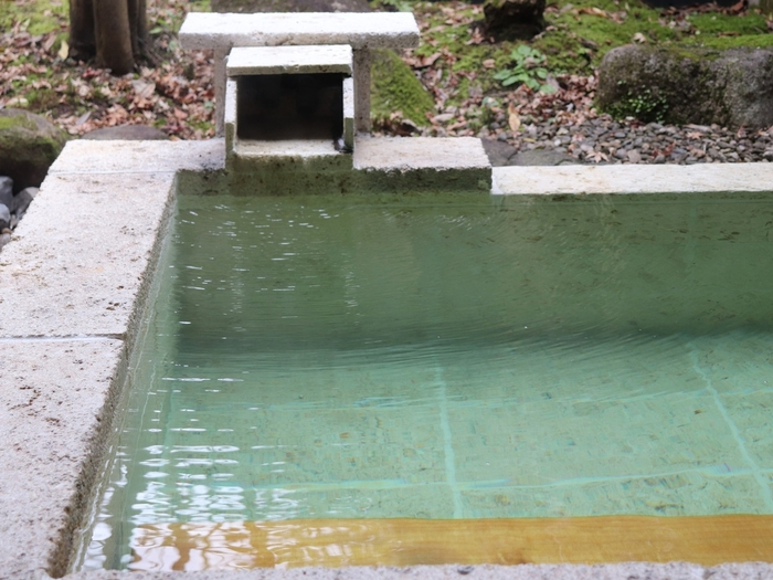 またの名を「神の湯」とも呼ばれる「紫尾温泉」は、淡い緑色をしたpH9.4以上のアルカリ性。ほんのりとろみのあるお湯が肌を優しくクレンジングして、ツルツルの美肌に整えてくれます。露天風呂付きの離れもあるので、お好みで選んで下さいね。