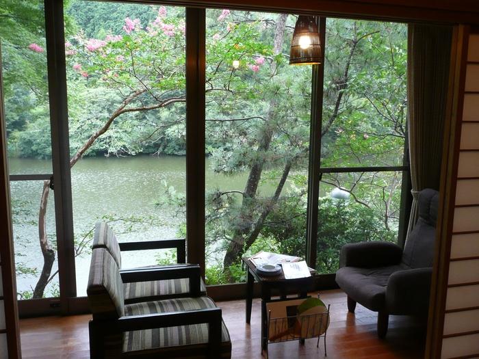 日置市吹上町にある「吹上温泉」は、鹿児島の中でも秘湯と呼ばれる小さな温泉地。「みどり荘」はそんな吹上温泉を代表する旅館の一つで、みどり池という大きな池に面した静かな場所にあります。