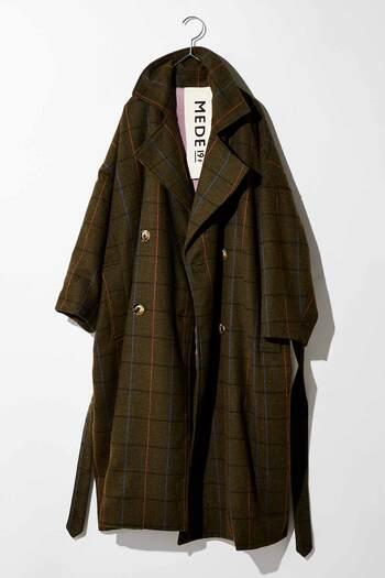 フワッと羽織るとオシャレ度がぐっと上がるチェックのオーバーサイズのコートは、シックな色味のチェック柄に大きめのボタンがポイントです。