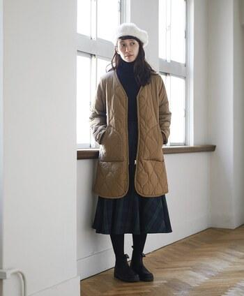タートルニットにチェックのスカートの優等生風な着こなしにも、アクセントになるキルティングコートを羽織るのがオススメです。