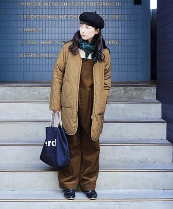 ふんわり優しい色合いのキルティングジャケットは、同系色のコーディネートでまとめるととってもキュート。