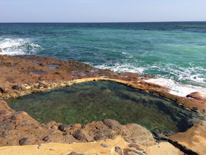 島一番の名所とされる「東温泉」は、港から約2.3kmほど東にあります。海との距離感がとっても近くてとにかくワイルド!3つの露天風呂が並んでおり、源泉との距離によってそれぞれ温度が異なります。混浴ですが水着で入浴できるので、民宿などで着替えてから行くのがおすすめです。
