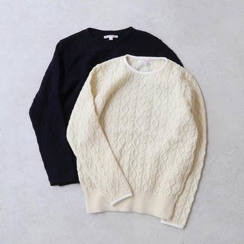 幾何学的なアラン柄のパターンが全面に施されたニットです。襟と袖のパイピングが他とはちょっと違うポイント。袖もギリギリまでアラン柄が織られています。