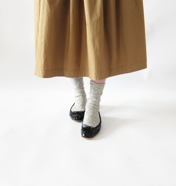 スニーカーに合わせるのはもちろん、バレエシューズにも似合います。ちょっとくしゅっとシワを寄せて、靴下の表情を楽しむのも◎。