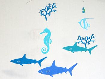 海の生き物や海藻が素敵なモビール。海などのテーマを決めて、色々作るのも楽しいですよ!