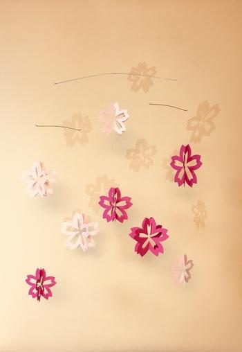 春にはピンク色の紙などを桜の形にカット。立体的なデザインが素敵ですね。