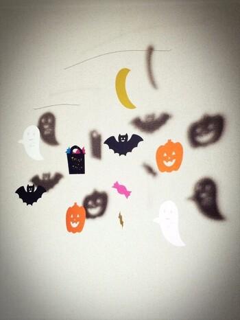 ハロウィンもかぼちゃやオバケ、コウモリなど、モビールにすると可愛いですね♪白・黒・オレンジ・紫を使うと、ハロウィンらしさも◎