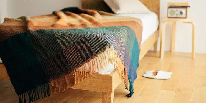 化学製品を使わず、自然素材のみでテキスタイルを紡ぎ出すシルケボーは、丁寧な商品作りで名高いデンマークのメーカーです。天然ウール100%で織られたこちらのブランケットも、天然素材の色を活かして作られたもの。定番のチェック柄は、暖色を交えたカジュアルな配色ながら、落ち着きも感じる深い色合いです。