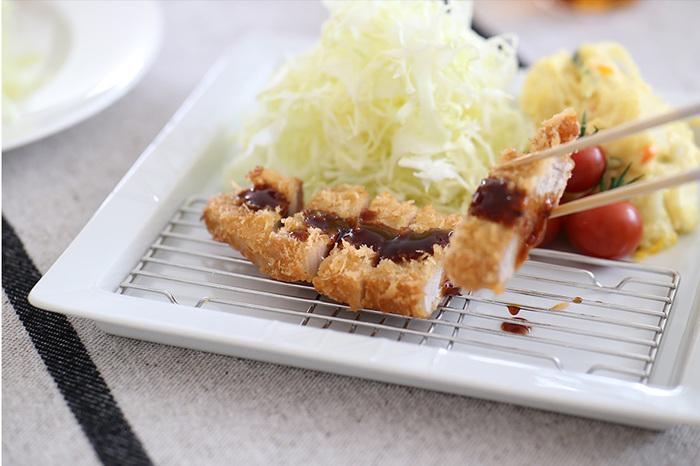 とんかつや天ぷら、唐揚げなどの揚げ物に便利な、ステンレス製の網付きスクエアディッシュ。油きりできるので揚げたてのサクッとしたおいしさを楽しめます。一緒にサラダを盛り付けてワンプレートにすれば、洗いものも減って◎。シンプルなホワイトのプレートは和洋中幅広く使えて便利です。