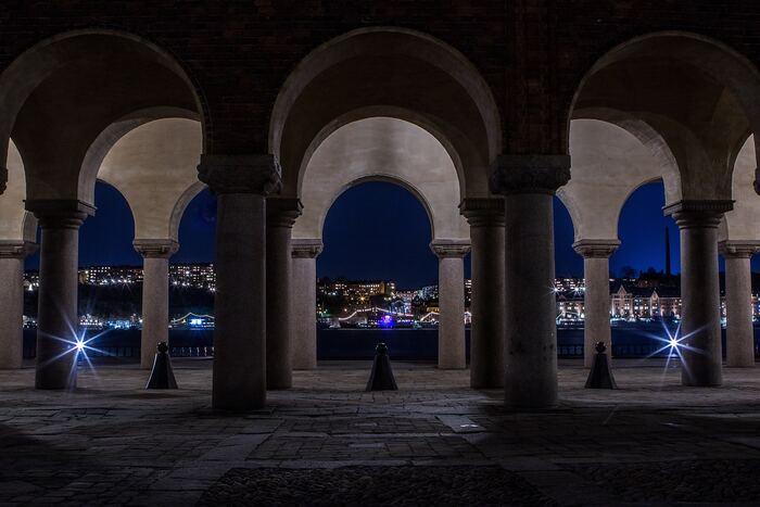 また、市庁舎の外の景色も最高!アーチ状になった建物の向こう側に見えるストックホルムの景色は、とにかく美しいの一言に尽きます。ストックホルムを訪れて良かったと、心から感じる時間となりますよ。