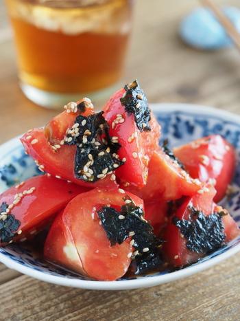 こちらの「トマトと海苔のわさびナムル」は、ボウルに調味料とトマト、韓国海苔を加えて和えれば完成!さっぱりしていて、食欲を刺激するやみつきレシピです。