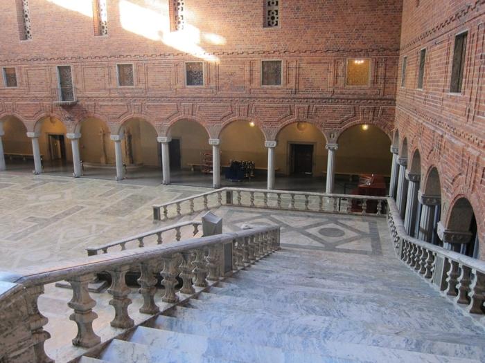 市庁舎に入ると真先に目の前へ飛び込んでくるのが「青の広間」。一年に一度開催されるノーベル賞の晩餐会の会場となっている場所です。ここに世界中からのノーベル受賞者が集まると思うと、鳥肌がたってしまいますね。晩餐会では、この階段を一組一組、華麗な姿で降りていくのです。