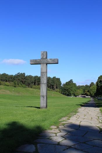 「森の墓地(Skogskyrkogården)」もまた、建築家エーリック・グンナール・アスプルンド(Erik Gunnar Asplund)の代表作。シーグルド・レヴェレンツ(Sigurd Lewerentz)とタッグを組み、建築・設計されました。