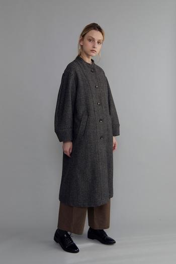 ちょっと重ためのコートにワイドパンツを合わせてあえて重心を下に、重めにコーデが逆にキュート。ダークカラーならではのコーディネイト方法です。