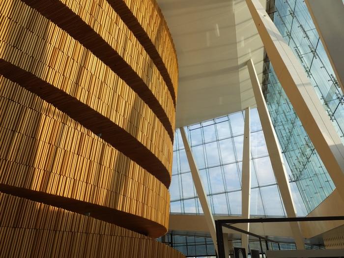 オペラハウスの中も美しく、一般公開されている為、オペラ鑑賞されない方でも自由に出入りすることができますよ。オスロとニューヨークに拠点を置き、国際的に活躍する設計事務所「スノヘッタ(Snøhetta)」のデザイン・設計はまさに北欧建築の賜物。思いのままに館内を巡ってみませんか?