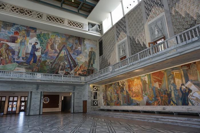 市庁舎の壁全体がまるで美術館のようで、大きな扉を開けるとそこからずらっと絵画の世界が広がります。中でも特に注目していただきたいのが、「叫び」。ノルウェー人の画家、エドヴァルド・ムンクの絵画が飾ってあるお部屋があり、予約をすれば時期によっては鑑賞する機会がありますよ。