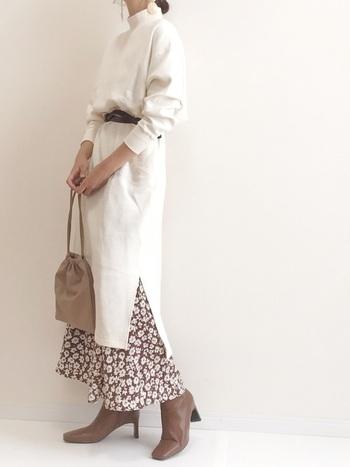 ホワイト×ブラウンのカラーリングが上質な印象のコーディネート。シルエットがぼやけて見えがちなホワイトのハイネックワンピースは、ベルトのブラウジングでスッキリと。パンツではなくあえてフレアースカートを合わせることで、柔らかな雰囲気が生まれますね。