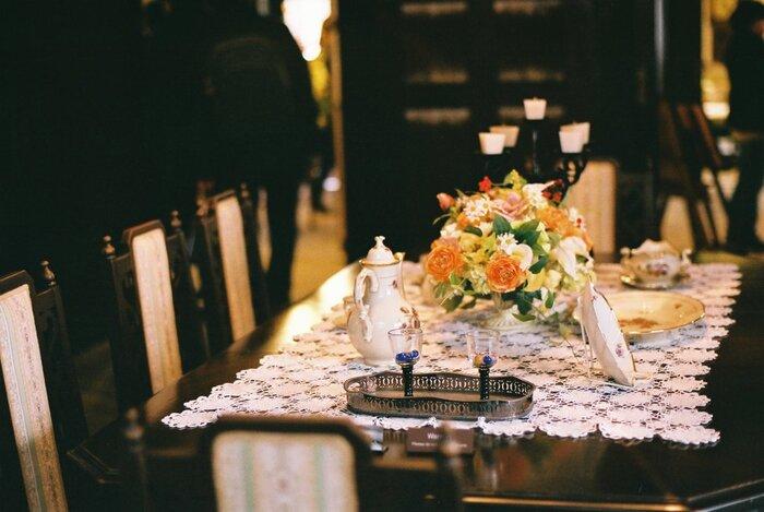 ゴージャスなテーブルコーディネートがされたダイニング。エレガントでラグジュアリーな内装や家具、調度品などにぜひ注目してくださいね。