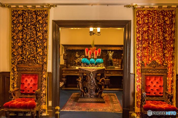 うろこの家の隣の異人館。ロダンをはじめ、西洋のものから東洋のものまで様々な美術品が展示されています。中でも人気が高いのが「サートゥルヌスの椅子(サターンの椅子)」。座ると願いが叶うとされているので、ぜひ座ってみましょう。
