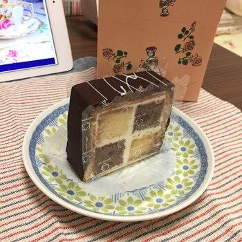 「ダミエ」は、創業以来親しまれている、お店を代表するケーキ。プレーンとココアのスポンジにバタークリームをサンドし、チョコレートでコーティングしています。  バタークリームが効いていて、飽きのこない味わいを楽しめるのが魅力。プティガトーではなく、ロングタイプであればお取り寄せ可能です。