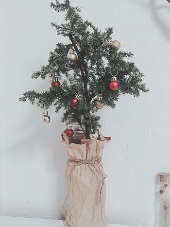 クリスマスツリーの土台がちょっと気に入らない場合には、クラフト紙などでラッピングしてしまう方法も。麻袋や布でくるむのもいいかもしれませんね。