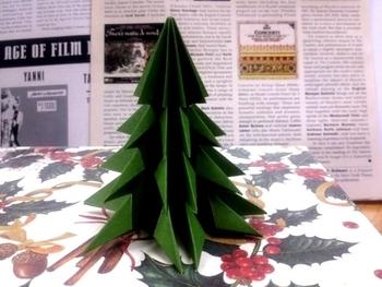 手作りのクリスマスツリーも、温かみがあっていいですね。たとえば、折り紙のツリーをデスクなどに飾ってみてはいかがでしょうか?忙しい合間にも、優しい気持ちになれそう。