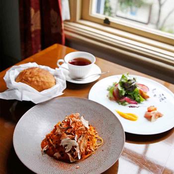 神戸近郊の野菜や丹波鶏など地元食材を使ったランチが楽しめます。窓からは、クラシカルで重厚感のある旧居留地の街並みが見えますよ。