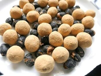 通常より深く焙煎したきなこに、北海道産の黒豆「光黒」をミックスしています。代わる代わるいただくと、止まらなくなるほどのおいしさです。