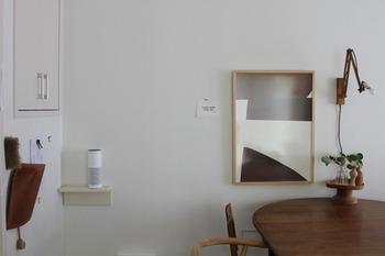 お部屋の壁にすっと馴染みながら、ライトや小さな加湿器などを置くのに便利な、小さめのウォールシェルフ。一つでももちろんOKですが、高さを変えて何個か配置しても楽しめそうなアイテムです。