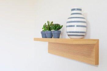 L字全体に厚みがあり木の質感が楽しめるこのタイプは、白い壁に取り付けると全体が温かみのある空間に。お気に入りのベースをインテリアアイテムとして置いててみたり、季節感がある置物を置いたりと、幅広く楽しめそうですね。