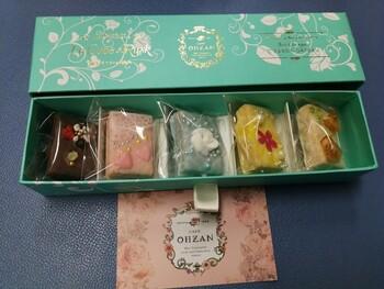 「キューブラスク」は、小さなキューブ型のラスク。お花やフルーツでカラフルにデコレーションしていて、結婚式でゲストに贈るプチギフトとしてもおすすめです。