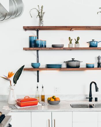 お家の中でも収納でお悩みの方が多いキッチン。アイテム数が多いだけではなく、お鍋など不揃いでサイズが大きいものなど、取り出しやすく収納するのは難しいものですよね。そんな時には、思い切ってウォールシェルフを作ってみませんか?いつも使うのもだからこそ、サッと使って戻せるがとっても便利なんです。