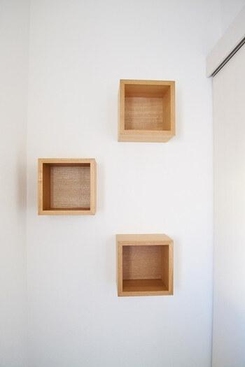 木製のボックス型は同じタイプをいくつか壁に配置すると、真っ白の壁が一気におしゃれな空間に。トイレなどの狭い空間や、階段など何気なく通過してしまう場所のアクセントとしても活躍してくれそうなアイテムです。