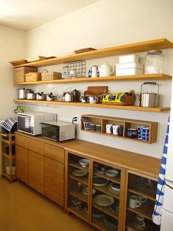 スペースが許すなら、キッチンにはこれくらい長いウォールシェルフがおすすめ。いつもキチキチに荷物が置かれているのではなく、ゆとりがある棚があることで、新しいアイテムが増えてもしっかりと収納することができるんです。