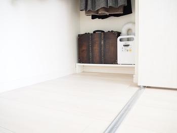ウォールシェルフと聞くと、目線かそれよりも高い位置をイメージしがちですが、低い位置も意外に便利なんです。高い位置に置くのは不安な少し大きめのアイテムも置けて、床に直接置いていないので床掃除の邪魔にならないのメリットも。