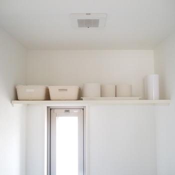 意外に収納がないことが多いトイレ。なのにトイレットペーパーのスペアや掃除用具など、どうしてもトイレに置いておきたいアイテムがいくつかありますよね。どれもが出来ればいつも見える位置には起きたくない事が多いと思うので、高い位置にすっきりと収納してみてはいかがでしょうか。