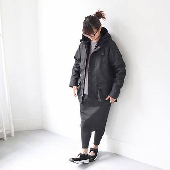 メンズライクでアウトドア風なアウターには、女性らしいタイトスカートやふんわりしたロングスカートなどがバランスをとりやすくてオススメです。
