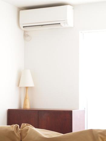 寒くなってエアコンや暖房器具を使っていると、肌の水分が奪われてより乾燥しやすくなってしまいます。 エアコンの風が直接顔に当たらないよう調整しましょう。また加湿器を利用して適度な湿度を保つようにするのもおすすめです。