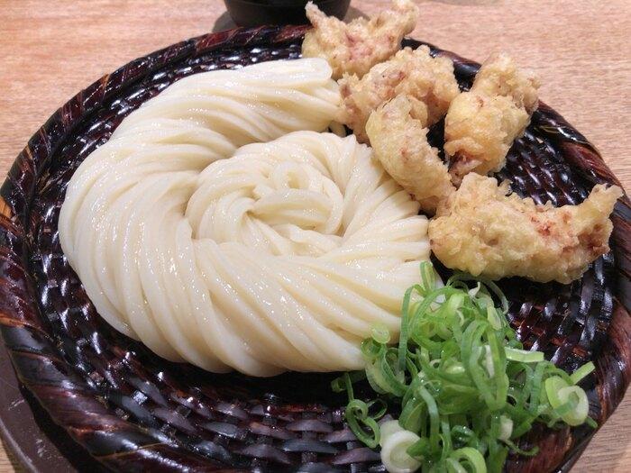『ざる』に鶏むね肉の天ぷらを添えた『かしわ天ざるうどん』。