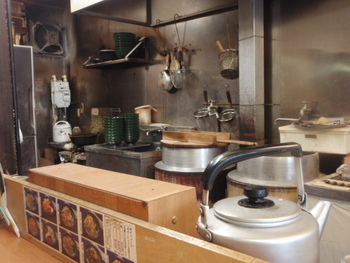 店主が独りできりもりする店内。 客席はカウンターの8つとこぢんまり。壁には「打ち粉に蕎麦を使用」旨の貼り紙が。 麺は、注文を受けてからカット。ゆずや生姜などもその都度擦ってくれる細やかさも◎。