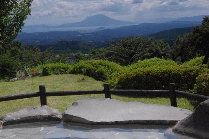 共用の大浴場からは、桜島や錦江湾を見渡せます。山の中腹にあるので眺望は抜群!天気が良い日は明るいうちに入浴するのがおすすめです。