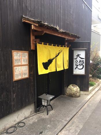 福岡市西区に本店を構える地元の人気店。2016年、東京・高田馬場に進出。 店内の券売機で食権を購入するスタイル。キャパシティは30席ほど。