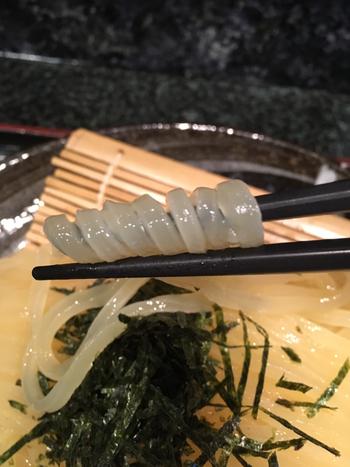 柔らかな麺が主流の博多にあって珍重される、透明感とコシのある麺。 独自にブレンドした九州産小麦粉を超多加水で3日間をかけて熟成させたものを、注文が入ってから、切りたて、茹でたてで提供しているとのこと。