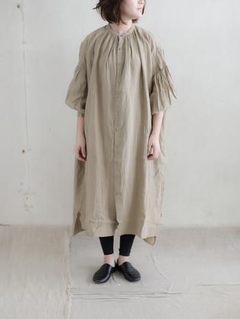 襟元と袖口に施されたふんわりギャザーが、ほっこりと優しい雰囲気のリネンワンピース。洗いのかかったリネンはしなやかで、軽い肌触りがなんとも心地よいのが魅力です。前あきの羽織としても使えますよ。