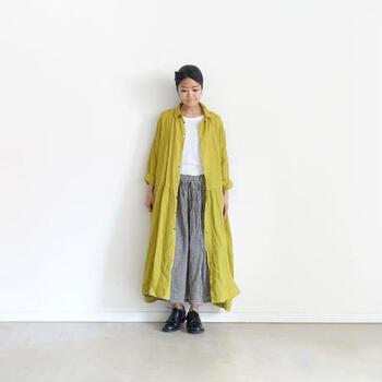 前あきのシャツタイプロングワンピースは、Tシャツや軽いインナーに合わせてロンカーデとして羽織るもよし、前を閉じてワンピースとして着るもよしの万能アイテム。着まわしがきくので秋口まで重宝します。