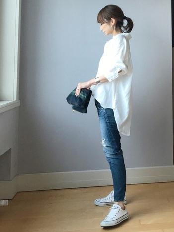 ピュアホワイトのシャツにデニムパンツはテッパンのコーディネイト。シンプルでカジュアルだけれども、洗練された着こなし。