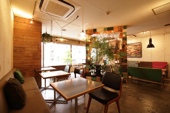 グリーンをたっぷりと飾り、森の中のような居心地の良さを体感させてくれるカフェです。窓が大きく自然光がやわらかく差し込みます。新宿駅から徒歩10分、新宿三丁目駅からは徒歩2分ほどのところにあります。