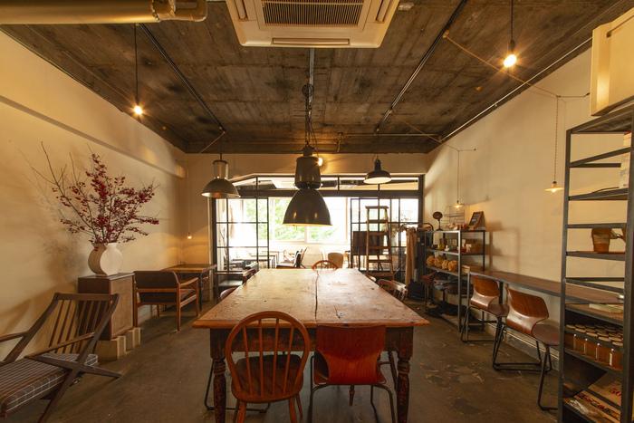 新宿駅から徒歩8分、新宿三丁目駅から徒歩2分ほどの距離にあるcoto cafe。系列の4店舗のうち、3番目にオープンしたこちらのお店はアンティーク家具の雰囲気がとても素敵なお店です。