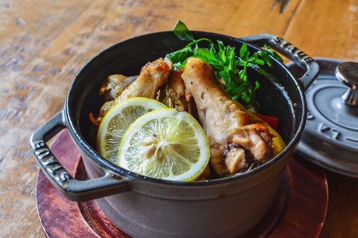 こちらのお店では、staubの鍋を使った料理も人気。お鍋のフタをあけた時のぬくもりと、木の温もりあふれる店内の雰囲気が良く似合います。
