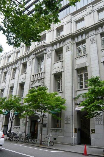 阪神大震災の被害により、5階以上は新しい建て物になっている不思議な外観のビル。4階までの外壁は国の登録有形文化財になっています。